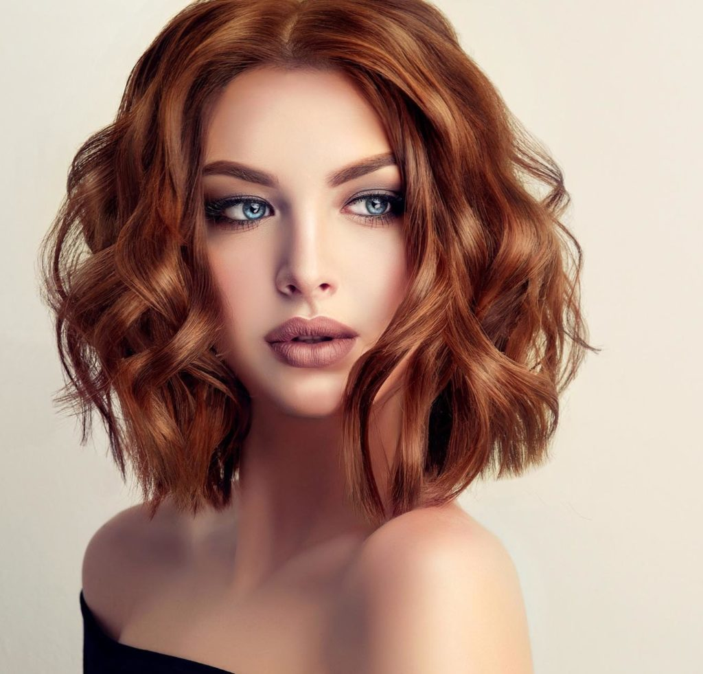 Frisur - Dame mit schulterlangem, rotbraunem Haar